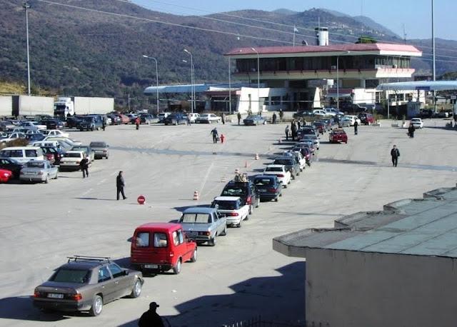 Συνωστισμός Ελλήνων στα σύνορα με την Αλβανία για την κηδεία του Κατσίφα