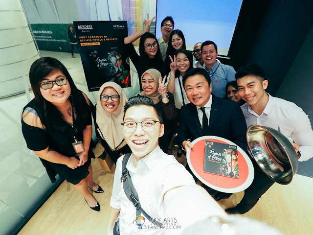 Here's #TCSelfie with awesome people of the day taken at 'Flavours ofBerjaya' cookbook launch @ Borders Malaysia