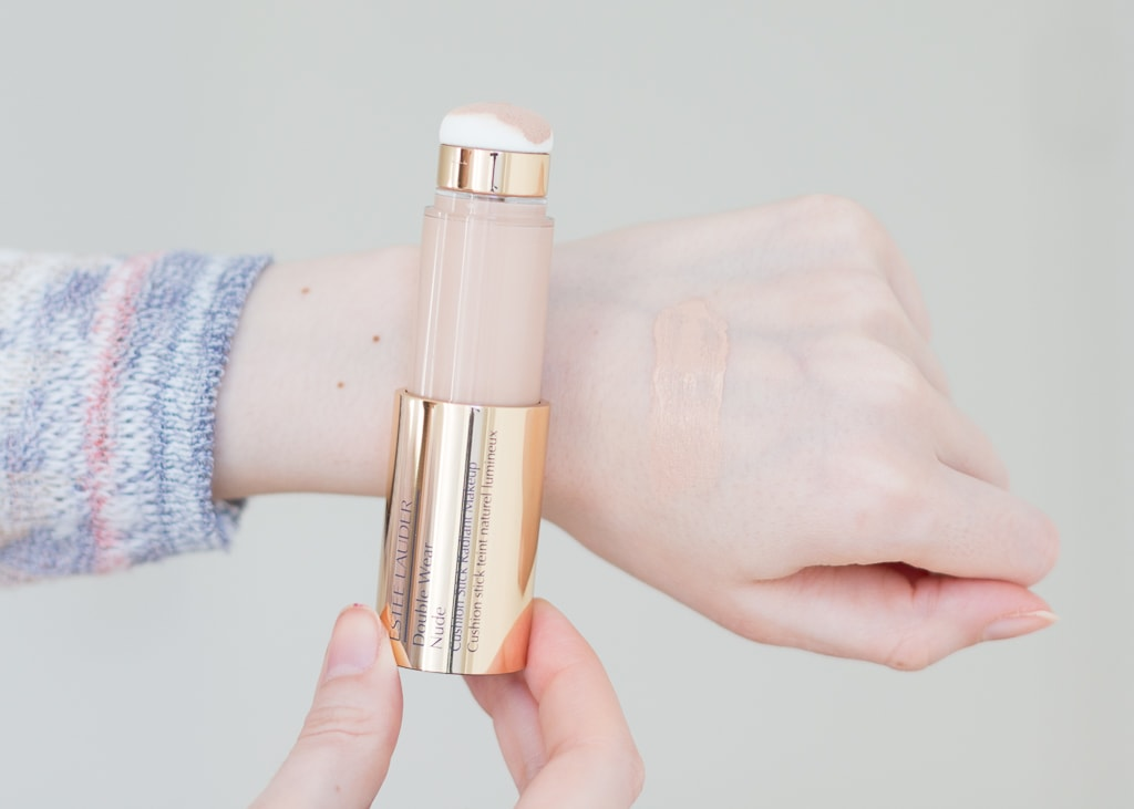 Estée Lauder Double Wear Nude Cushion Stick Foundation 1N2 Ecru Swatch auf dem Handruecken
