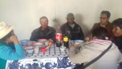 Der Padre sass mit der Ortsvorsteherin, dem Dorflehrer,der mir auch die Bilder machte,der neuen Ärztin und dem Dorfrat an einem Tisch. Das Essen schmeckte sehr gut.