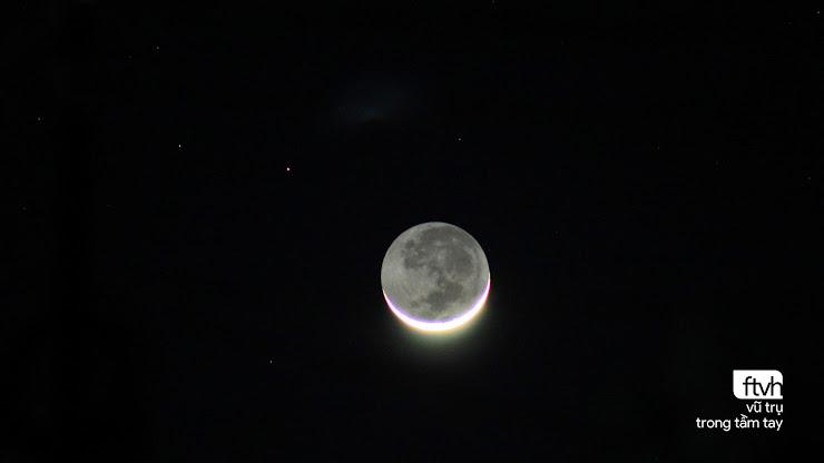 Ngoài phần lưỡi liềm mỏng, bạn thậm chí có thể nhìn thấy được phần tối của Mặt Trăng được chiếu sáng bởi ánh sáng phản xạ từ Trái Đất, được gọi là ánh đất. Hình ảnh: Nhật Minh/TVAC.