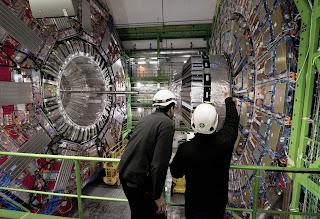 علماء مجريون يكتشفون القوة الخامسة في الكون