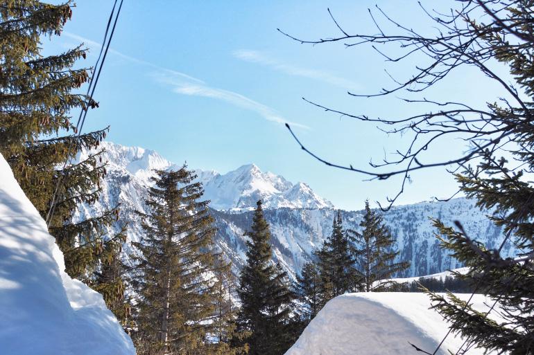 Vue sur la montagne depuis la ville de Courchevel