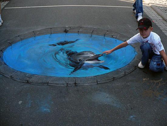 Yuvarlak bir havuzdaki bir yunus balığını gösteren kaldırım sanatı resmi