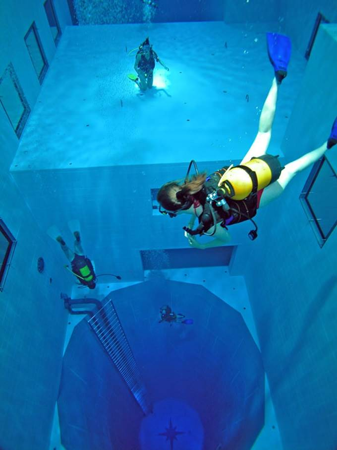 divers in deepest swimming pool