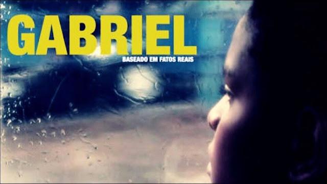 Garoto Gabriel olhando para o lado de fora do onibus, vidro embraçado pela água que escorre pelo vidro