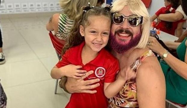 Pai viúvo se veste como mãe para participar de homenagem da filha na escola em Goiânia (GO)