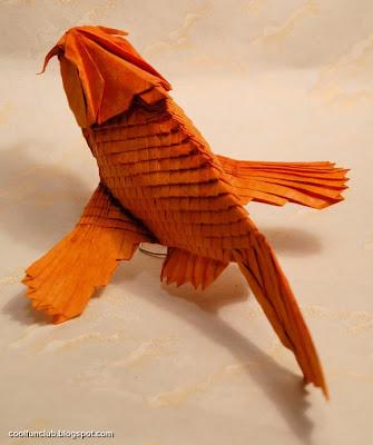 UN pez dorado hecho de papel
