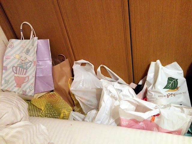 Bolsas llenas con nuestras compras en Tokyo