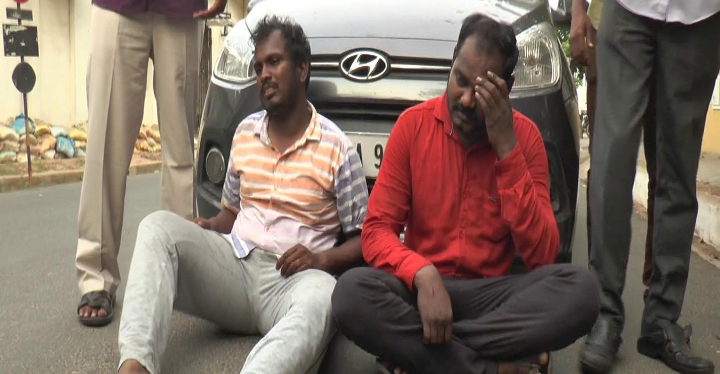 police-arrested-two-persons-including-a-university-employee-who-had-been-making-a-fake-atm-card-in-the-puducherry-Thina-Seithi