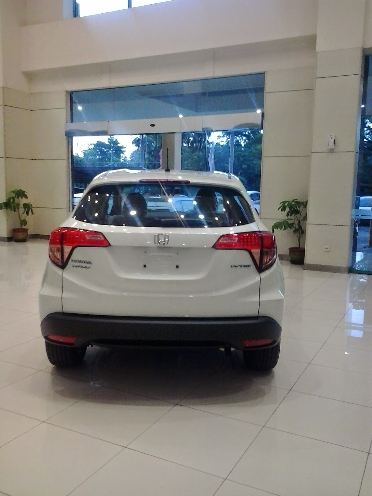 Mobil Honda HRV Warna Putih Bagian belakang