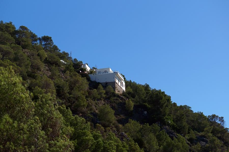 Blog + Fotografie by it's me fim.works - La Isla Blanca Ibiza, Cala Llonga, einsames Haus in den Klippen