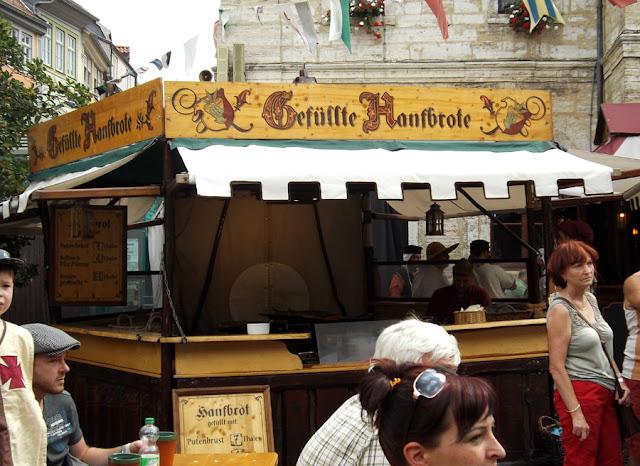 Stand mit gefülltem Hanfbrot beim Mittelaltermarkt in Bad Langensalza
