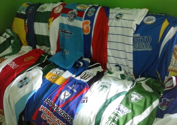 Morador de Lavandeira conta sua paixão de colecionar camisas CAM00784