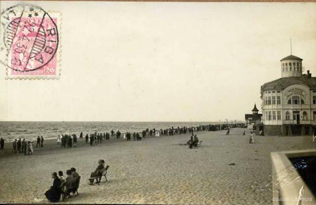 1930-е годы. Рижское взморье. Майори. Отдых на пляже. На втором плане купальня Эмилии Рацен / Emilijas Rācen Peldu (автор фото: Roberts Johansons)