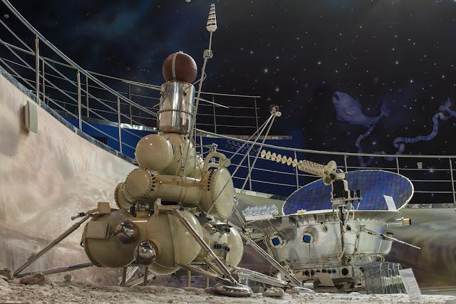 Tàu thăm dò Luna 16 và xe tự hành Lunokhod-1 tại Bảo tàng Không gian vũ trụ Moscow, Nga. Hình ảnh: lemank/Flickr.