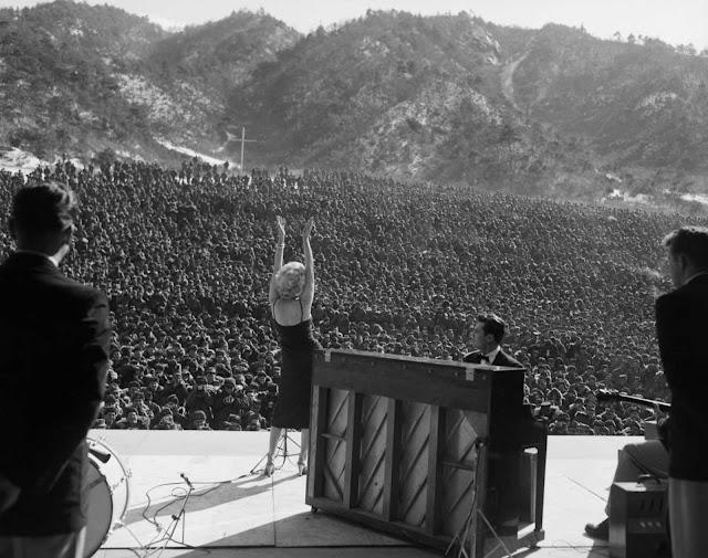 Marilyn Monroe'dan Kore Askerlerine Moral Konseri