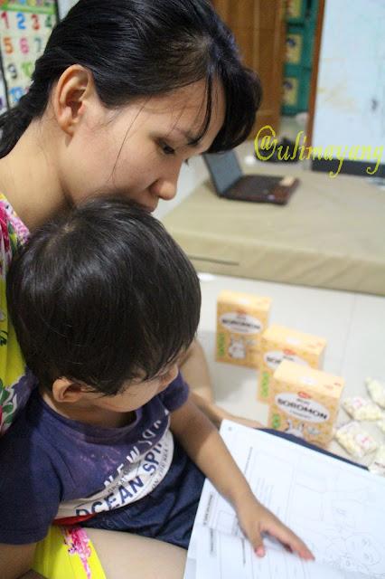 bunda-mengajari-anak-balita-membaca-dan-menulis-stimulasi-golden-age