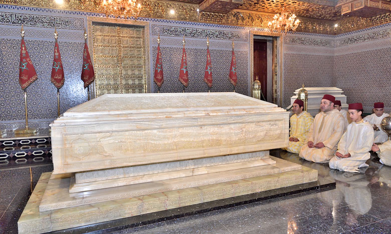 Mohammed VI se recueille sur la tombe son grand-père, Mohammed V.