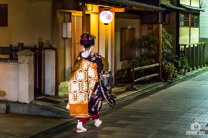 une maiko s'éloigne, Gion, Kyoto