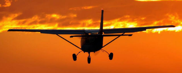 Beautiful Cessna Skyhawk C172 Flies into Sunset