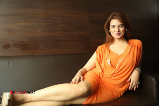 Actress Saloni Aswani Pos in Short Dress at Meelo Evaru Koteeswarudu Movie Interview  0328.JPG