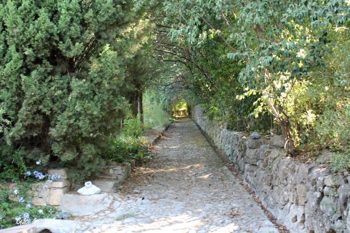 Camino de subida a la zona más alta del jardín