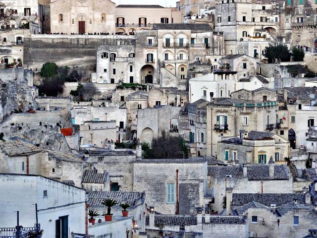 Matera - co warto zobaczyć? Wymarłe miasto wykute w skale. Matera - historia miasta, hańba Włoch. Od nędzy do UNESCO.
