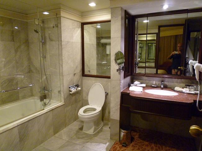 Uno de los dos cuartos de baño