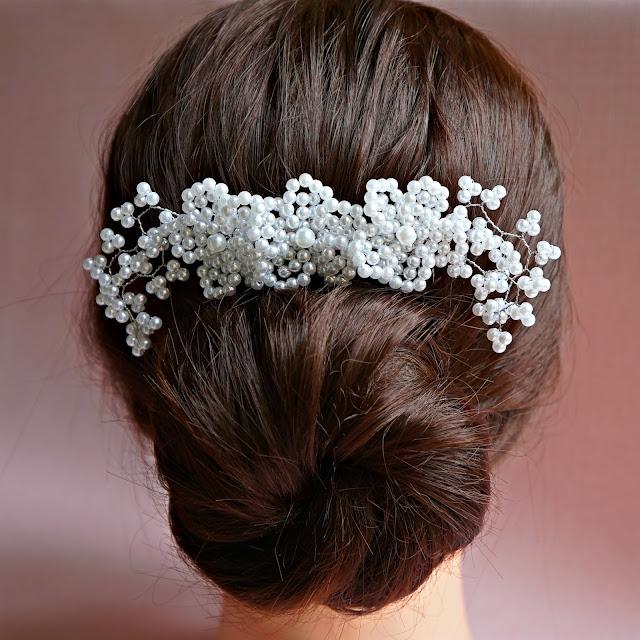 Arranjo de cabelo para noiva com flores em pérolas brancas modelo 305 - Adore Noivas