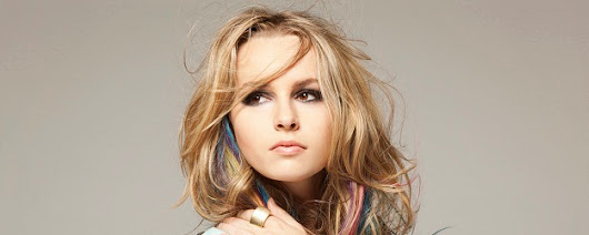 "Confira o videos da versão acústica da musica ""Top of the World"" de Bridgit Mendler!"