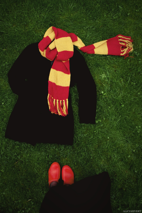 aliciasivert, Alicia Sivertsson, Harry Potter, Hogwarts, Gryffindor, scarf, knit, knitting, red, yellow, stripes, fringe, shawl, fan art, handicraft, handcraft, pyssel, hantverk, elevhem, halsduk, harry potterhalsduk, gryffindorhalsduk, röd, gul, randig, frans, sticka, stickning, stickad