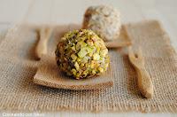 Bolitas de queso rellenas de uva y rebozadas con pistachos