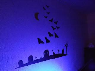 Halloween-i dekoráció kék világításban