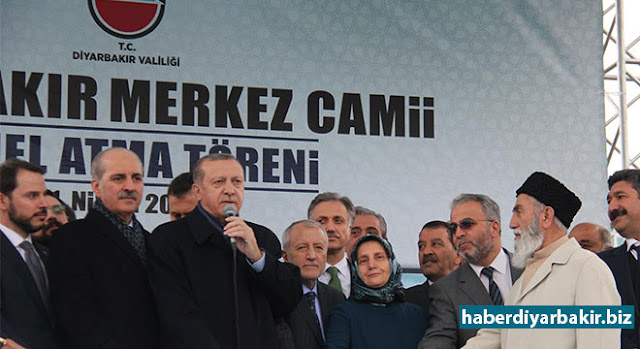 """DİYARBAKIR-Diyarbakır Merkez Camii'nin temel atma törenininde konuşan Cumhurbaşkanı Recep Tayyip Erdoğan, """" Biz minarelerle yaşadık, ezanlarla büyüdük. Camiler inşallah Müslümansız olmasın istedik. Şimdi de bu eserle bu niyetlerimizi teyit ediyor."""" dedi."""