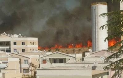 Bombeiros combatem incêndios florestais no bairro Jardins Mangueiral