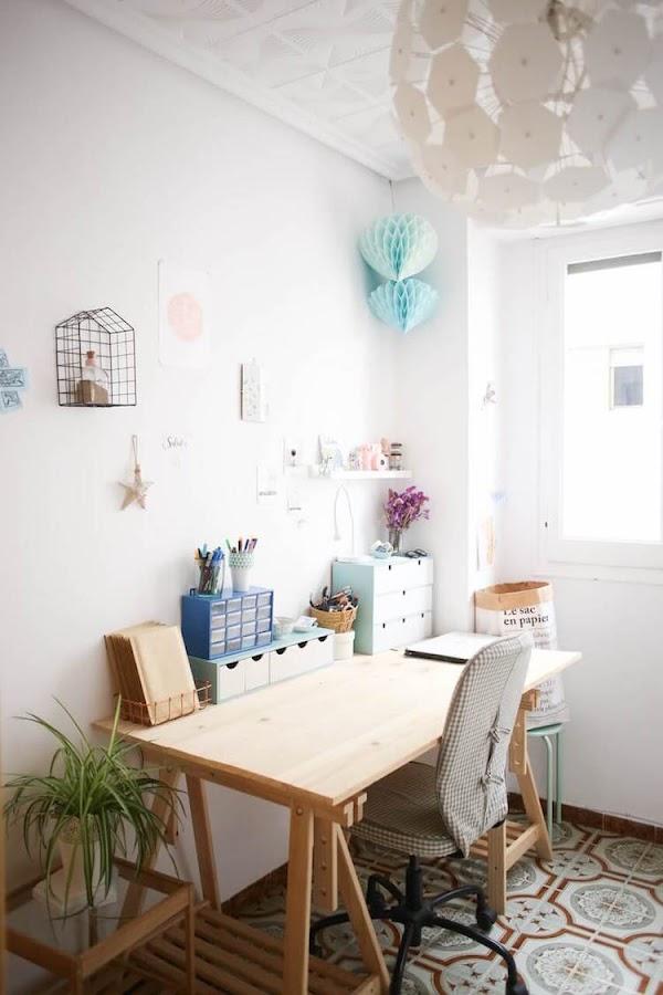 escritorio diy con materiales reciclados, tabla sobre caballetes
