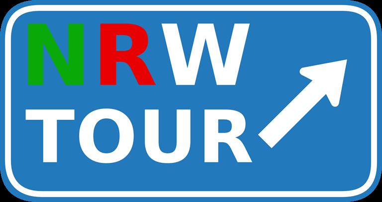 Ein blaues Verkehrszeichen, auf dem NRW Tour steht und ein Pfeil nach rechts oben zeigt.