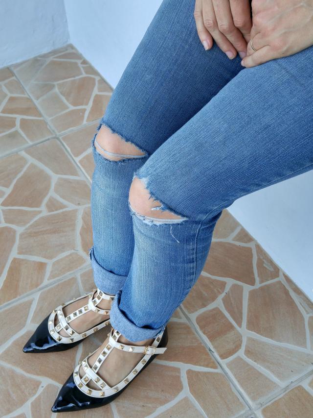 Destroyed skinny jeans, sandália Valentino inspired