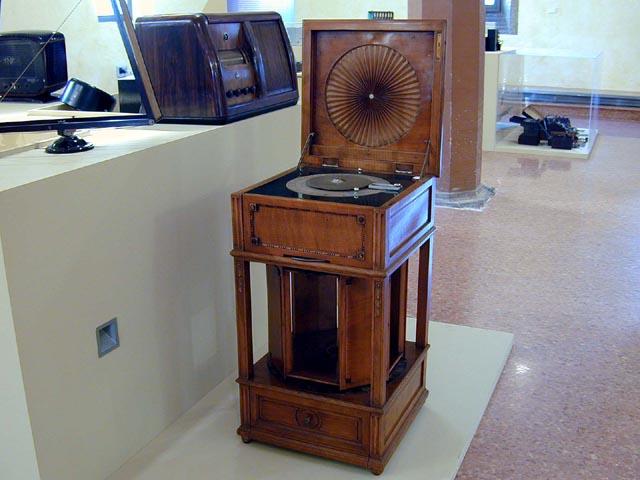 Radio - Design attribuito a Carlo Bugatti