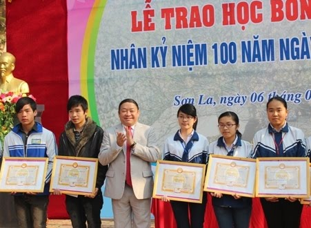 Đồng chí Thào Xuân Sùng, Ủy viên Trung ương Đảng, Bí thư Tỉnh ủy, Trưởng đoàn đại biểu Quốc hội tỉnh trao học bổng cho các em học sinh đoạt giải tại kỳ thi Quốc gia.