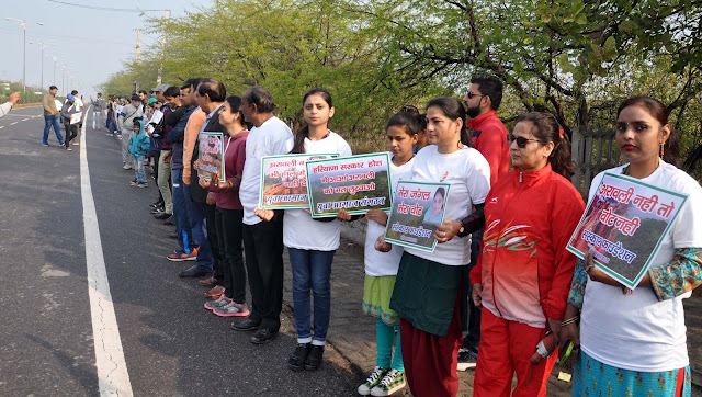 Life guides, life-saving, man-made human chain in the rescue of Aravali mountain range, blow the effigy of government