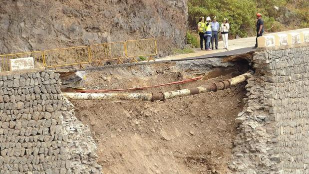 El Ejercito podría tender un puente móvil sobre el socavón de la carretera de Teno, TF-444