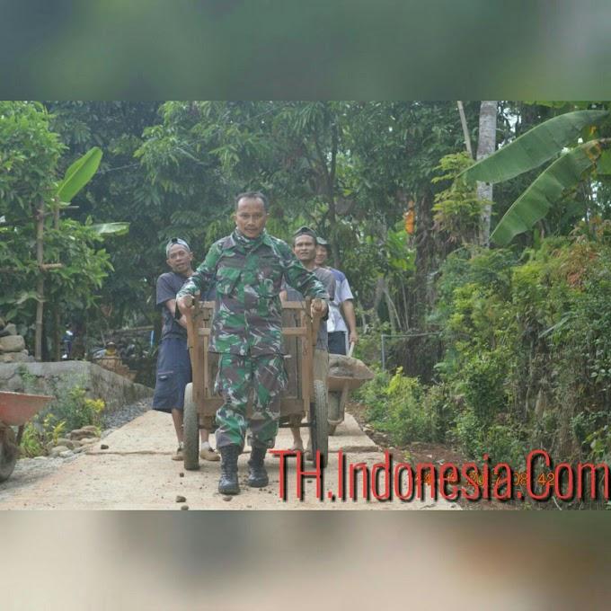 Serda Muhdi Kusno Tim Fotografer Pendim Membantu Warga Yang Bergotong Royong