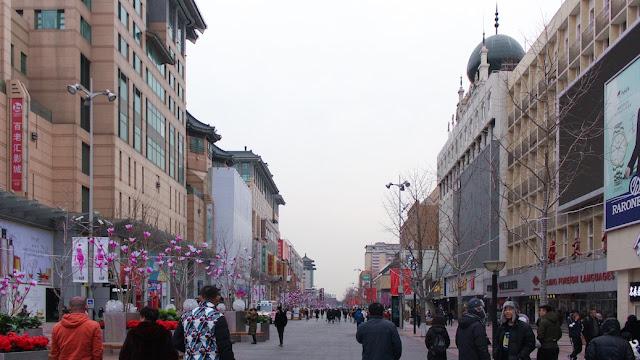 berjalan kaki di wangfujing street