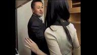 ดูหนังโป๊18+ โจรเซลแมนหื่นแอบย่องข่มขืนเมียลูกค้ากลางดึกพร้อมถ่ายคลิป