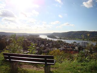 Ein Weitblick ins Rheintal, im Vordergrund steht eine Bank