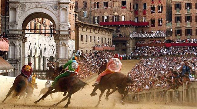Vista trasera de los caballos corriendo en la plaza