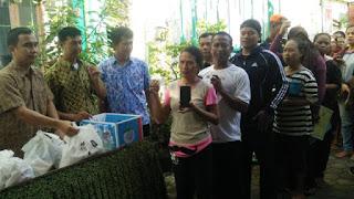 PT KAI Daop 3 Bagikan Paket Sembako Murah Di Empat kelurahan Di Kota Cirebon