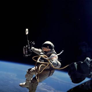 Σαν σήμερα … 1965, ο πρώτος διαστημικός περίπατος από Αμερικανό.